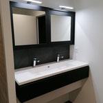 Réalisation meubles de salle de bains sur mesure. Portes miroir coulissantes. Eclairage appliques leds.