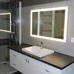 Fabrication meuble salle de bains sur mesure avec miroir leds. Portes et plan de travail stratifié