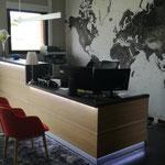Fabrication banque d'accueil sur mesure panneau placage bois + panneau stratifié et mélaminé. Eclairage leds
