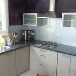 Fabrication cuisine sur mesure portes et plan de travail stratifié. Crédence verre laqué