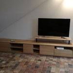 Agencement meuble TV sur mesure façades chêne massif. Intérieur plaqué chêne