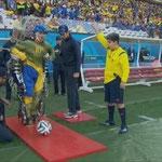 El discapacitado que hizo el saque de honor en la inauguración del Mundial. La producción no mostró el histórico momento.