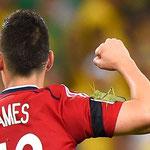 """James Rodriguez y su """"amigo"""" durante un juego del Mundial."""