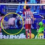 Un hincha del Getafe trata de distraer a Diego Costa. JA!