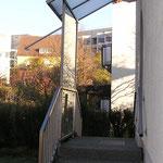 Windschutz mit Überdachung aus Glas