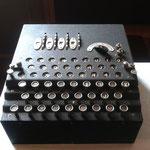 """Macchina Enigma originale (del Gen. Cremona) esposta a lato del desk """"Perera"""""""