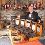 Una foto del prof. Tom Perera W1TP con le sue amate Enigma originali