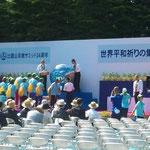 世界平和祈りの集いに参加しました。(折鶴を中央の地球儀のオブジェに入れています)