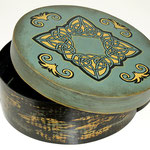 Morrigan's Box - Spanschachtel - Barocke Pátina, Acrylmalerei, Filzstiftbemalung, bitumenlackiert, klarlackiert - B:  T:  H:  cm - € 26,00