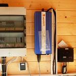 Herzstück der PV-Inselanlage: Wechselrichter und Laderegler