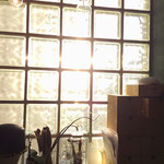 Bauglassteine-Fenster und Federkiele