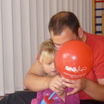 mit Georg beim Luftballon-aufpumpen mit beiden Händen