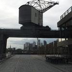 Oosten mit Blick unter altem Kran der Werft zur Skyline