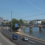 Saar mit Stadtautobahn, über der Saar: Alte Brücke