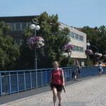 Alte Brücke mit Blumengirlanden an Laternen