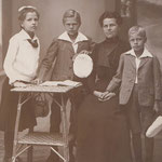 1912: Erwin Komenda mit Mutter und Geschwister Eugenie und Franz / Komenda with his mother, brother Franz and sister Eugenie