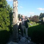 Filomena Föll und Dieter Fricke zeigen Gebärdenzeichen ILY