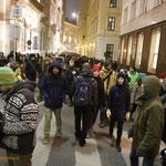 Zahlreiche friedliche Demonstranten auf der Flucht vor der Wiener Polizei