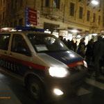 Polizeifahrzeug braust in die Menge