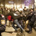 Der Zivilpolizist versucht den Mann an der Flucht zu hindern...