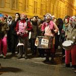 """Friedliche Demonstranten """"Wir können Samba, was könnt Ihr?"""""""