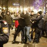 Der Prügelpolizist geht auf seinen Kollegen los, der vermeintliche Demonstrant versucht zu flüchten