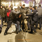 Da tritt ein weiterer Polizist dazu und versucht seinen Prügelkollegen zu bremsen.