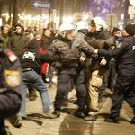 Das veritable Handgemenge zwischen Polizisten endet mit der Flucht des angeblichen Demonstranten