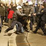 Der Mann in der Bildmitte ist ein Polizist in Zivil und extrem aggressiv.