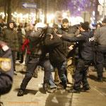 Bald entwickelt sich ein Handgemenge zwischen drei Polizisten.