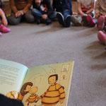 Wir hören gerne zu. Erzählen uns Geschichten und interpretieren mit den Kindern Inhalte neu.