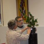 Francesco valuta con l'istruttore la  scelta dei rami