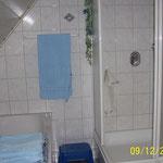 Bad, Dusche und Wanne