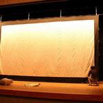 スクリーンが張られて、ホールの中がだんだんと映画館になってゆきます