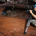 cameraman en immersion dans tunnels de lave