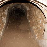 Ancien escalier souterrain, éboulé, qui reliait la cave au château.