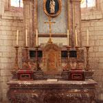 Maître-autel en marbre rouge, de style Louis XV.