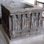 Fonts baptismaux pierre calcaire (XVe siècle).