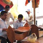 Lors d'une cérémonie d'offrande nous avons pu observer un orchestre. Le Monsieur joue du Roneat Thung pendant que son voisin à pris une pause.
