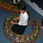 Une jeune fille joue du KongThom.
