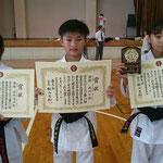 H29拳友会大会団体組手優勝(髙林、森、森島選手)
