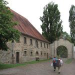 ehemalige Stallungen am Tor