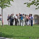 die Teilnehmer hinter der Klosterkirche Sankt Johannes