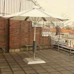 PV Schirm auf Dach der Telekom
