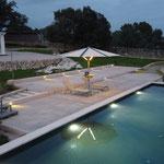 Pool beleuchtet mit Schirm