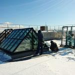 H30.2.1 屋上のオブジェへのガラス取付の様子。