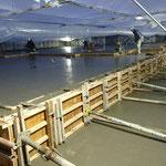 H30.11.26 土間コンクリートの打設が行われました。気温が低くなってきたため防寒囲い内での作業です。