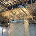 H30.1.22 2階フロア天井への断熱材吹き付けが進められています。