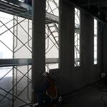 H30.2.4 1F西側の様子。外壁パネルの取付が進められています。