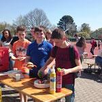 Bon appetit beim mittäglichen Grillen auf dem Schulhof